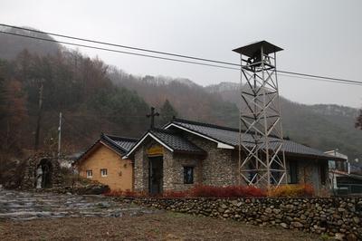 유택 인근의 학산 공소와 교육관.