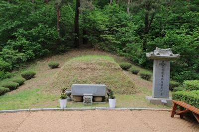 배론 신학당 뒷산에 모셔진 최양업 토마스 신부 묘소.