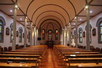 1915년 시잘레 신부가 완공한 벽돌조 성당의 내부. 전형적인 삼랑식 평면 구조를 갖고 있다.