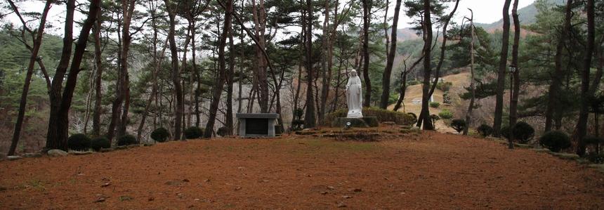 성당 뒷산에 조성된 로사리오 동산에 성모상과 야외제대가 마련되어 있다.