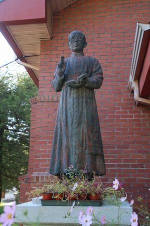 선종완 사제 유물관 앞에 세워진 선종완 신부 동상.