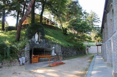 성당 옆 언덕 아래 조성된 성모동굴과 성모상.