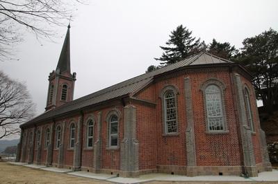 고딕 양식을 변형시킨 소규모 벽돌조 성당의 전형적 형태인 성당은 1986년 강원도 유형문화재 제106호로 지정되었다.