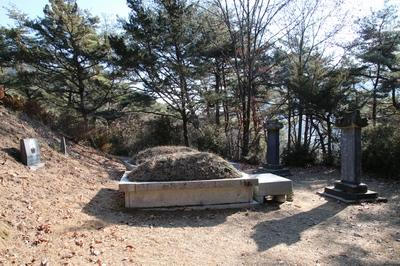 성당 옆산에 조성된 성직자 묘역. 이곳에 세 분 성직자가 모셔져 있다.