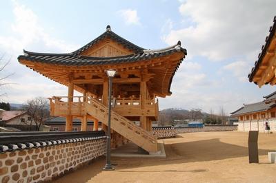 2017년 복원된 양주 관아지의 외삼문과 내삼문 및 좌우행각 사이로 마당이 자리하고 있다.