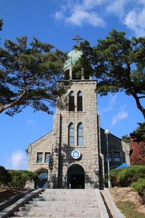 1956년 봉헌된 옛 성당 정면. 2013년 등록문화재 제542호로 지정되었고, 2015년 한국교회 최초로 성체 성지로 선포되었다.
