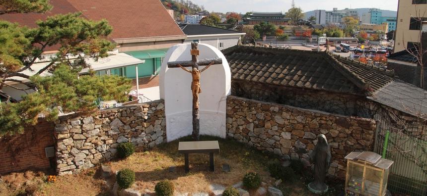 진무영 성지 야외제대 뒤로 한옥 양식으로 건립된 성공회 강화 성당이 보인다.