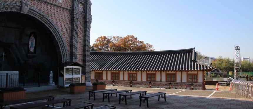 성모당에서 바라본 성당 모습.
