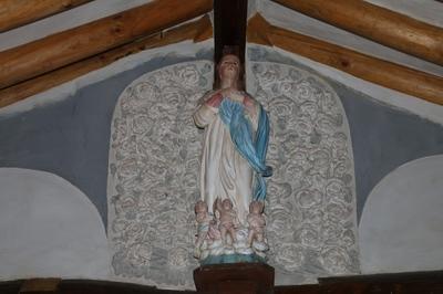성모 승천 성당 제대 위에는 주보인 하늘로 승천하는 성모상이 놓여 있다.