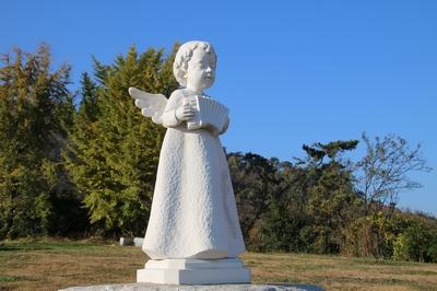 진영 성당 공원묘지 입구의 천사상.