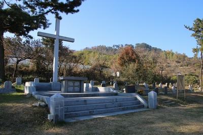진영 성당 공원묘지의 야외제대. 제대 오른쪽에 신석복 마르코 순교자의 묘가 안치되어 있다.