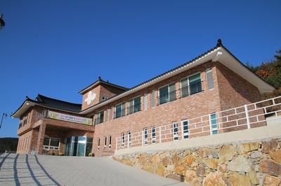 성모동굴성당 위에 교육관 및 피정의 집이 건립되어 2017년 9월 축복식을 가졌다.