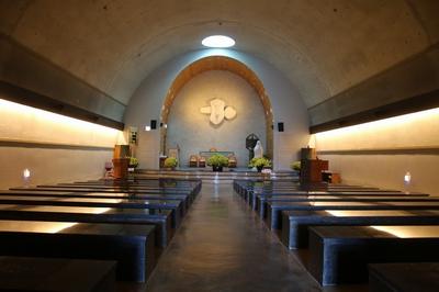 은은한 조명과 순교자 묘 발굴 때 발견된 십자가 모양의 돌을 표현한 십자가가 인상적인 성모동굴성당 내부.