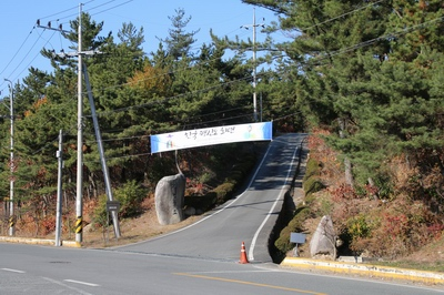 성지 입구에서 만어산 중턱에 있는 김범우 순교자 묘소까지는 산길을 따라 십자가의 길이 조성되어 있다.
