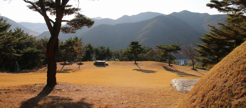 김범우 순교자 묘역에서 바라본 잔디광장과 야외제대.