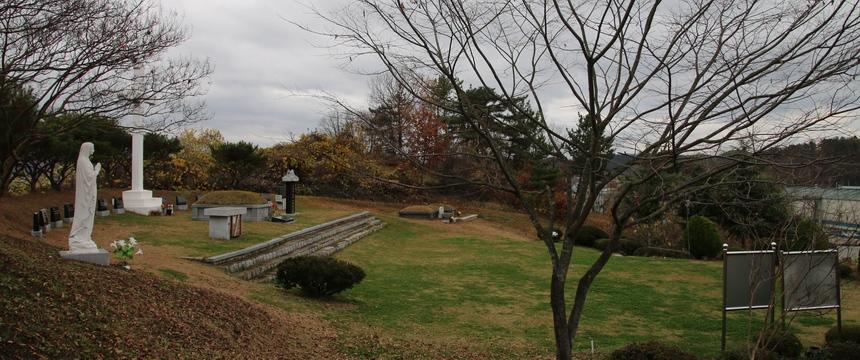 성모상 쪽에서 본 순교자 묘역 전경. 순교복자 구한선 타대오의 유해는 2016년 대산 성당 무덤 경당으로 이장해 모셨다.