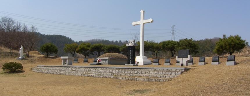 순교자 묘역 전경. 순교복자 구한선 타대오의 유해는 2016년 대산 성당 무덤 경당으로 이장해 모셨다.