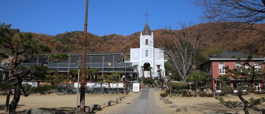 성당 전경. 왼족에 옛 한옥성당, 가운데 서양식 새 성당, 오른쪽에 사무실 건물이 자리하고 있다.