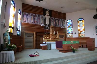 새 성당 제대 전경. 본당 주보인 예수성심상 좌우로 12사도 성화가 배치되었다.