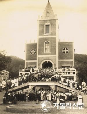 1936년 11월 견진성사 후 기념촬영. 고딕 양식의 새 성당은 1937년 축복식을 가졌다.