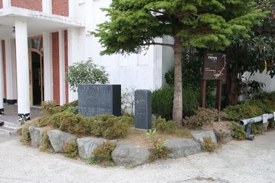 산정동 성당 앞 화단에는 6.25 전쟁 때 순교한 교구장 브레난 신부와 본당 주임 쿠삭과 보좌 오브라이언 신부를 기념해 세운 순교 기념비가 있다.