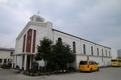 1966년에 완공된 현 성당 외부.