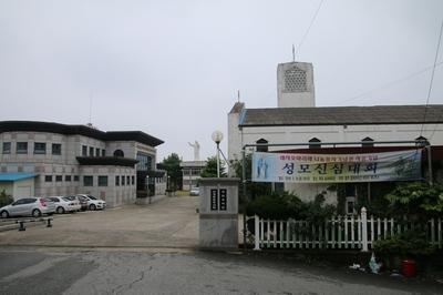 산정동 성당 입구에서 보면 왼쪽에 목포 선교 100주년 한국 레지오 마리애 기념관이 있고, 오른쪽에 성당이 있다.