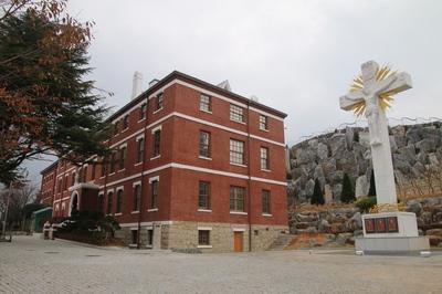 가톨릭목포성지 역사박물관과 6.25 순교자 기념 십자가.