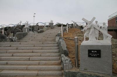 역사박물관 옆에서 십자가의 길을 시작해 전망대 앞에서 마치도록 14처가 조성되어 있다.