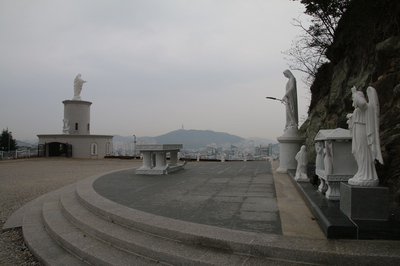 가톨릭목포 성지 광장의 야외제대와 전망대.