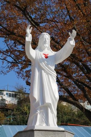 성당 입구의 예수성심상.