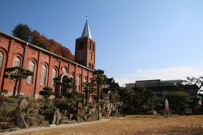 등록문화재로 지정된 성당 옆모습.