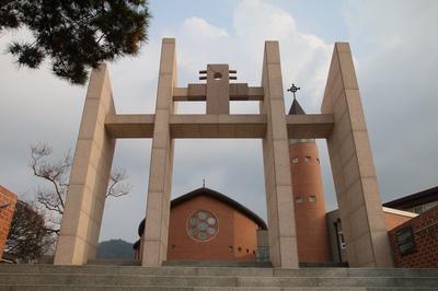 칼 모양의 기둥으로 영광의 순교자 네 분을 상징하는 순교자 기념문.