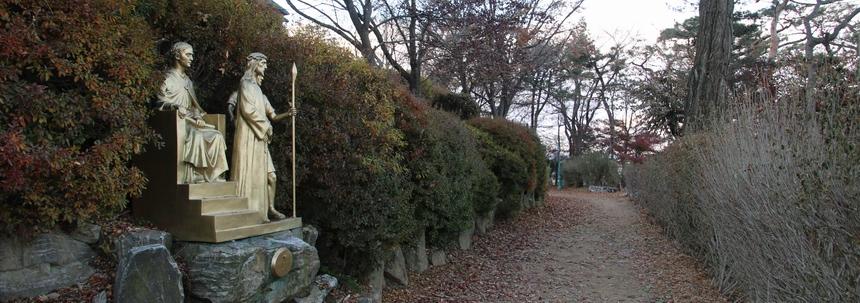 성당 옆 한적한 오솔길에 조성된 십자가의 길.