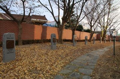 성당 둘레에 십자가의 길이 조성되어 있다.