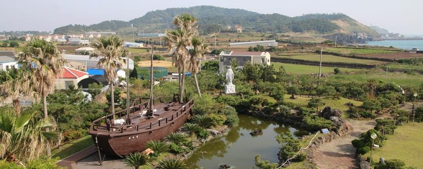 용수 성지 마당에는 1999년 제주 선교 100주년을 기념해 복원한 라파엘호가 전시되어 있다.