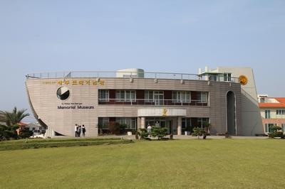 라파엘호를 연상케 하는 성 김대건 신부 제주표착 기념관.