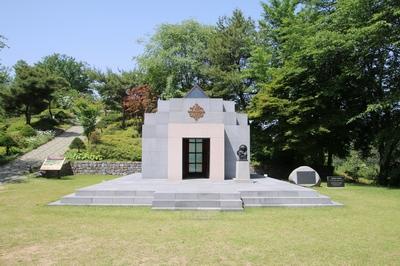 2012년 본래 설계대로 재건립한 무덤경당. 그 왼편으로 올라가면 황새바위 광장과 야외성당이 나온다.