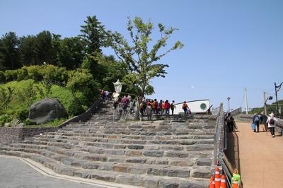 2008년 충청남도 기념물 제178호로 지정된 황새바위 순교성지 입구.
