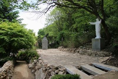 2014년 원래 모습으로 복원된 도리 신부 순교현양비와 예수성심상.