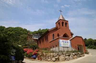 2016년 성지 설립 50주년을 맞아 봉헌식을 올린 새 성당.