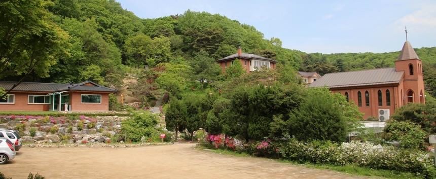 예수성심상 쪽에서 본 성지 모습. 왼쪽부터 도리 피정의 집, 사제관, 성당이 자리하고 있다.