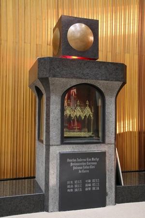 성 김대건 안드레아 신부 유해함. 위에는 감실이 모셔져 있다.