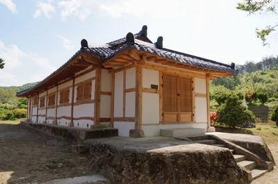 1900년대 초에 건축되어 2004년 등록문화재 제140호 지정된 공소 외부.