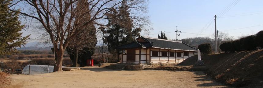 공소의 오랜 역사를 보여주는 큰 나무와 한옥형태의 공소 건물이 평화로운 분위기를 자아낸다.