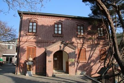 1912년 완공되어 유물관으로 사용하던 구 사제관. 2005년 등록문화재 제163호로 지정되었고, 2018년 복원후 풍수원 성당 역사관으로 재개관했다.