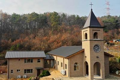 2018년 11월 20일 봉헌식을 거행한 새 성당과 교육관 및 사제관 전경.