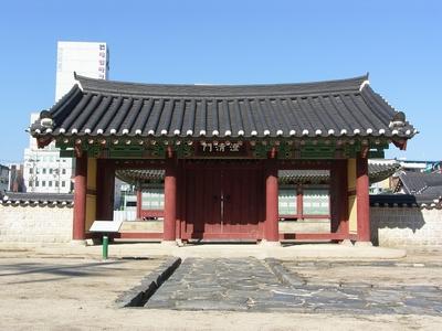 강원 감영으로 들어가는 첫 번째 출입 문루인 포정루와 중삼문과 연결되어 관찰사의 집무 공간인 선화당으로 들어서는 내삼문.
