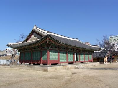 조선 시대 강원도 관찰사의 집무실인 선화당. 1971년 포정루와 함께 강원도 유형문화재 제3호로 지정되었다.