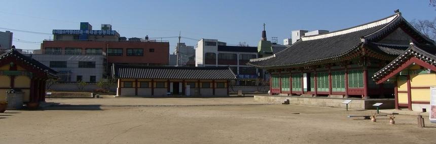 강원 감영의 포정루에서 안쪽을 바라본 모습으로 왼쪽부터 내삼문, 행각(사료관), 선화당, 내아가 자리하고 있다.